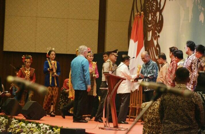Presdir TMMIN Warih Andang Tjahjono menerima Penghargaan Primaniyarta dari Wapres Jusuf Kalla di ICE BSD hari ini