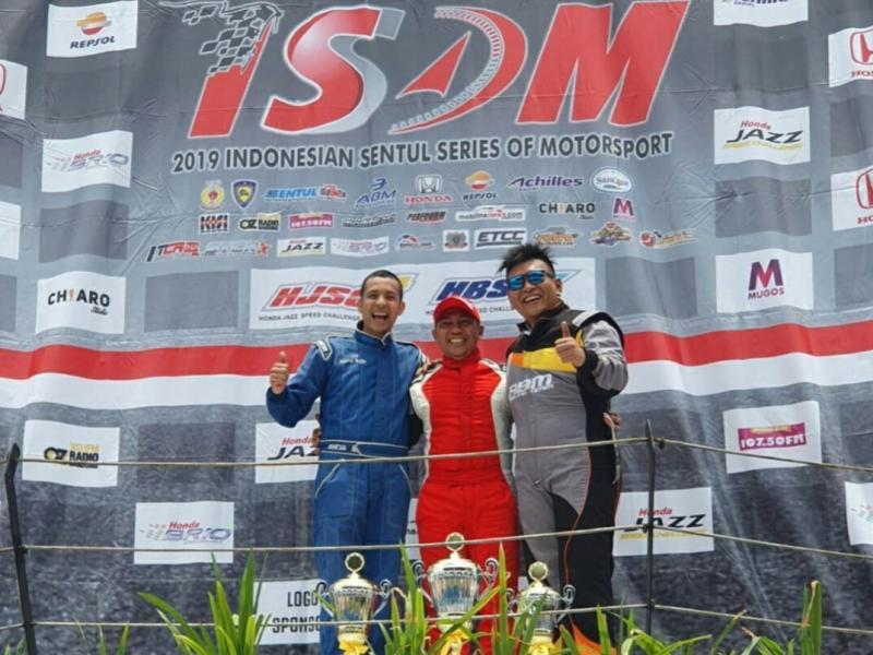 Fino Saksono (tengah) di podium Master HJSC bersama Avan Abdullah dan Sendy Setiawan.