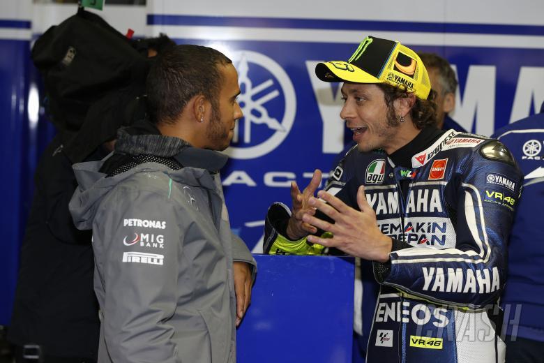 Valentino Rossi dan Lewis Hamilton, akan tukar besutan di UEA buan depan. (Foto: crash)