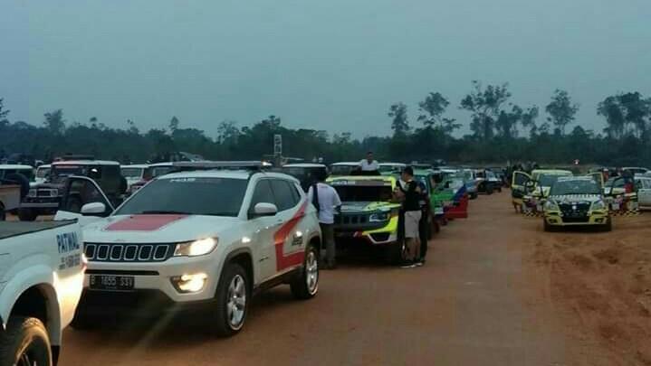 Peserta bersiap mengikuti opening ceremony kejurnas sprint rally dan speed offroad di Muara Bungo, Jambi