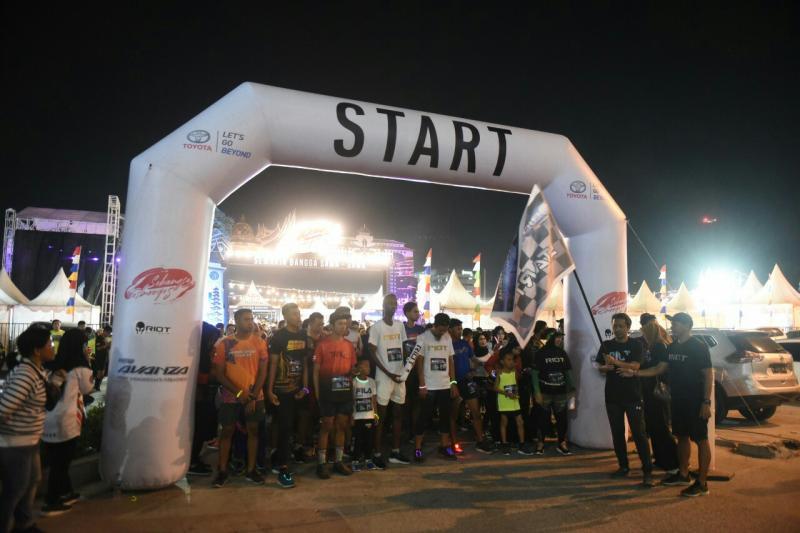 Peserta Night Run pada Festival Avanza-Veloz Sebangsa di kota Makassar