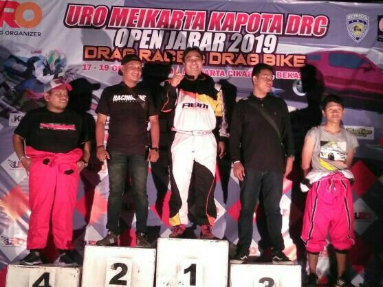 Agustinus Ariyanto (tengah) dari ABM Drag Race Team juara 1 drag race di Meikarta, Bekasi