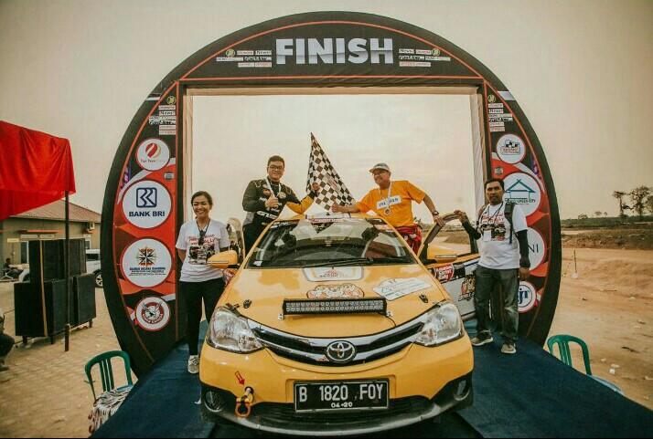 Anjasara Wahyu dan Hongky Regina bersama Toyota Etios yang mengantarnya cetak double winner di Jambi
