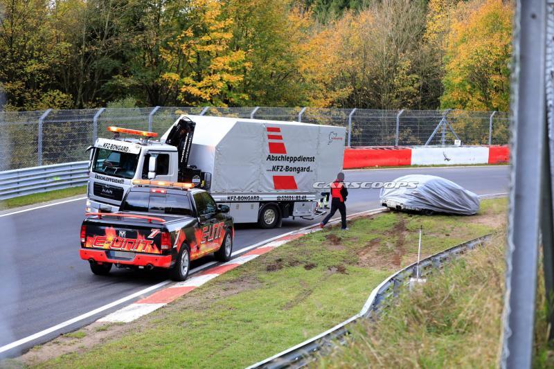 Prototipe BMW M3 menghantam tembok pembatas sirkuit Nurburgring