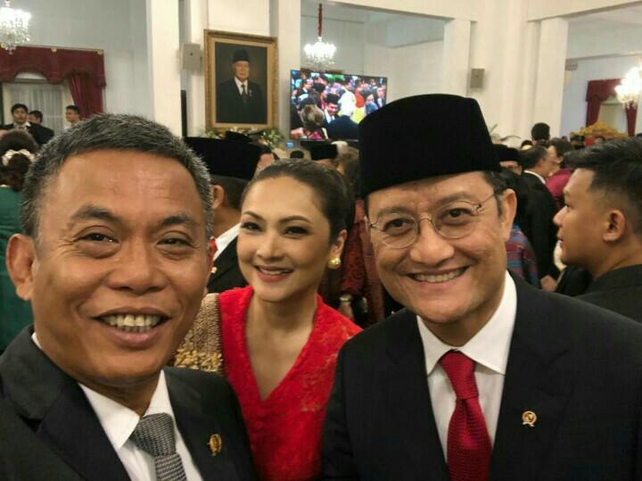 Juliari Batubara saat pelantikan sebagai Mensos bersama istri dan sahabatnya Prasetyo Edi Marsudi yang Ketua DPRD DKI. (foto : ist)
