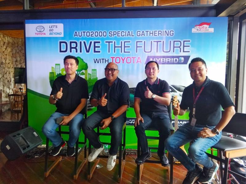 Riki Rusdiono (kedua dari kiri) bersama manajemen Auto2000, tujuan acara ini agar calon konsumen lebih memahami kelebihan mobil hybrid Toyota dan merasakan keuntungan memilikinya. (anto)