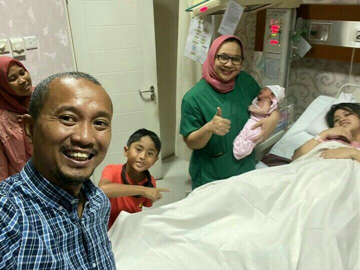 Fitra Eri yang tengah berbahagia di Brawijaya Women & Children Hospital bersama Aura Eri, Farrel, Rima Anissa serta dokter.  (foto : IG fitra eri)