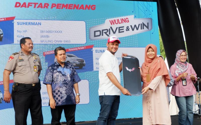 Penyerahan kunci simbolis kepada Pemenang Wuling Drive & Win dengan hadiah utama Confero S ACT, Cortez 1.5T C CVT dan Almaz Smart Enjoy CVT. (foto: Wuling)