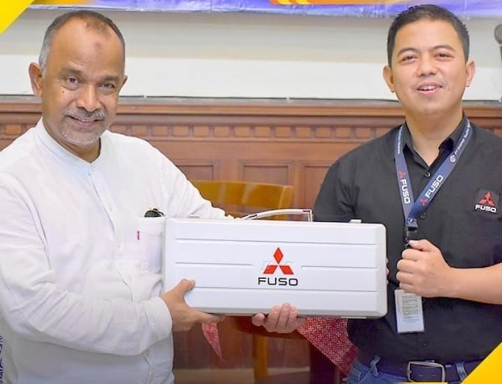 Dony Hermawan (kanan), KTB juga memberikan donasi alat praktik berupa Diesel Engine Compression Tester dan Ratchet & Extension Bar untuk 14 SMK. (fuso.id)