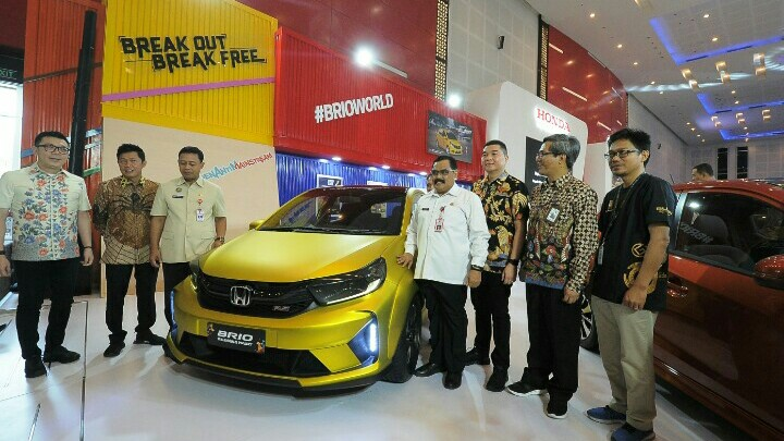 Booth Honda disambangi Hendra Noor Saleh (Presiden Direktur PT Dyandra Promosindo) pada pembukaan IIMS Surabaya hari ini.