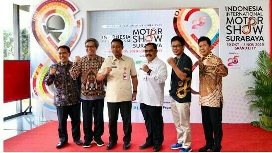 Kepala Dinas Perindustrian dan Perdagangan Provinsi Jatim Dr Ir Drajat Irawan SE, ST (ketiga dari kanan) usai membuka IIMS Surabaya 2019
