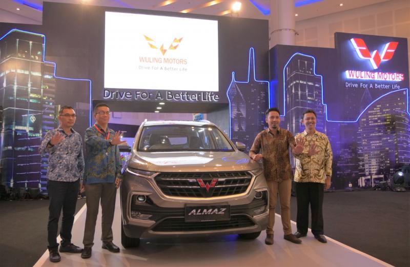 Perwakilan Wuling Motors beserta jajaran manajemen mitra diler di Jawa Timur dalam acara IIMS Surabaya 2019. (dok. Wuling)