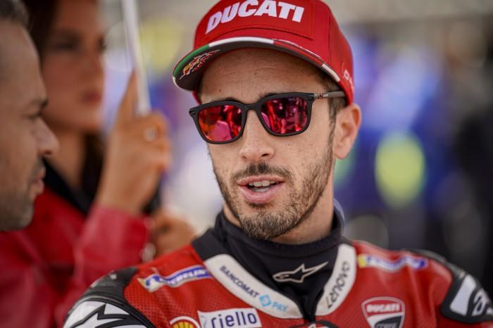 Andrea Dovizioso (Ducati) dalam perbruan trofi kejuaraan tim 2019. (Foto: bikesport)