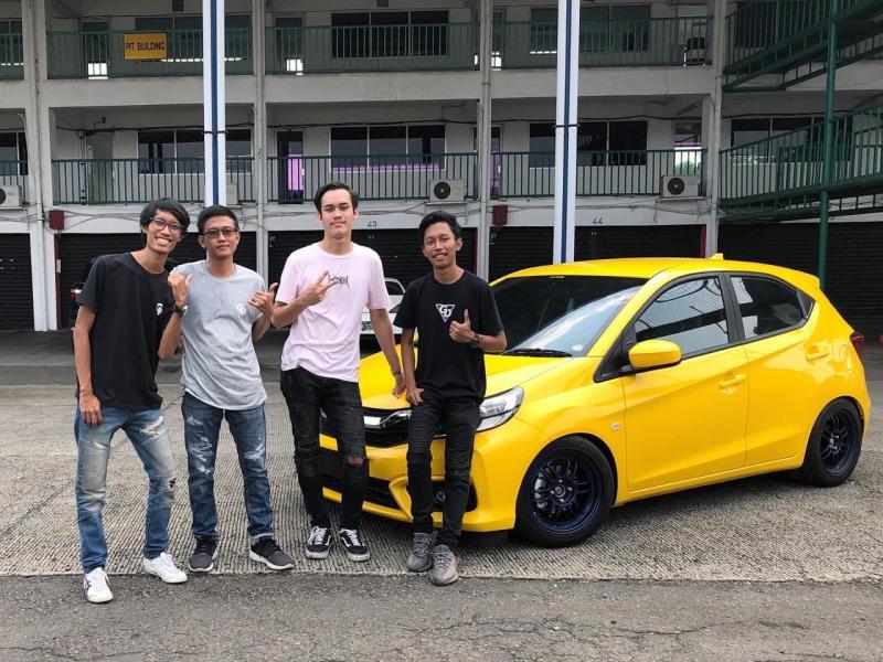 Setelah prosesi serah terima, Theo langsung ngegas Honda Brio ini di sirkuit Sentul sekaligus untuk merasakan sensasi ngebut ala track day. (Tim IMX)