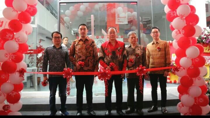 Franz Wang (kedua dari kiri), optimis dealer DFSK Pasteur akan menjadi tujuan konsumen mendapatkan kendaraan berkualitas di Bandung