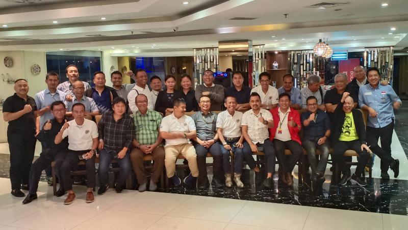 Sadikin Aksa (duduk, tengah) bersama para ketua umum IMI Provinsi se-Indonesia. (Foto : bs)