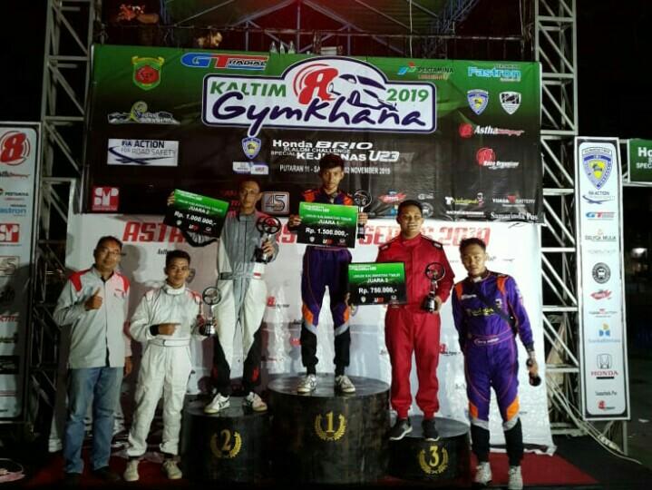 Deni Aco Darmawan (tengah) cetak double winner Honda Brio Slalom Challenge Kejurnas U23 di Samarinda