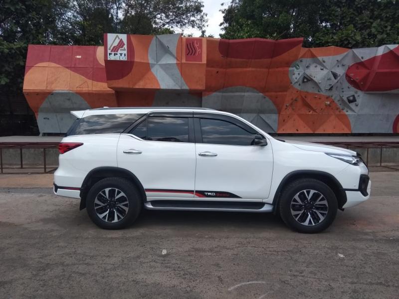 Toyota Fortuner menawarkan kenyamanan maksimal dalam berkendara dengan berbagai fitur pendukung yang lengkap. (anto)