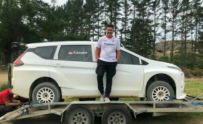 Rifat Sungkar saat melakukan ujicoba Xpander AP4 di Selandia Baru. (foto : mitsubishi)