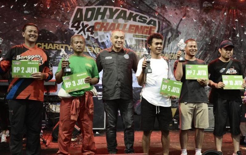 Bupati Tangerang, Ahmed Zaki (tengah) bersama para pemenang Adhyaksa Challenge 4x4