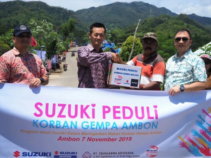 Seiji Itayama memberikan langsung bantuan ke posko korban bencana alam di Maluku.  (foto : sis)