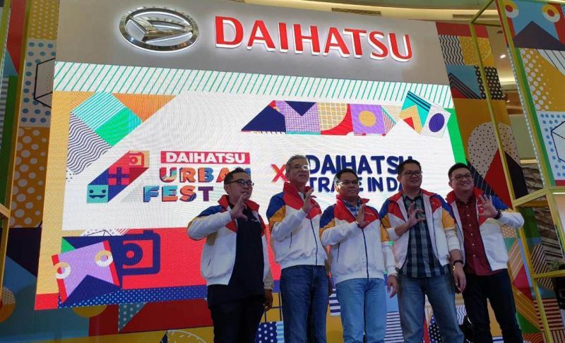 Manajemen Daihatsu berfoto bersama saat pembukaan Daihatsu Urban Fest 2019 di Ciputra Wolrd, Surabaya, Jawa Timur. (dok. ADM)