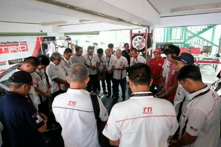 Berdoa dilakukan skuad Toyota Team Indonesia agar pembalapnya diberi keselamatan dan hasil terbaik. (foto : TTI)