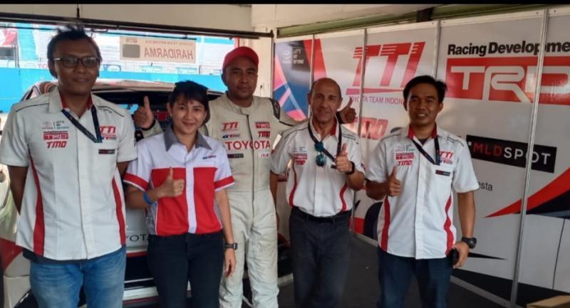 Frank Lochi (dua dari kanan) bersama pembalap TTI Haridarma Manoppo serta bagian R&D GT Radial. (Foto : bs)