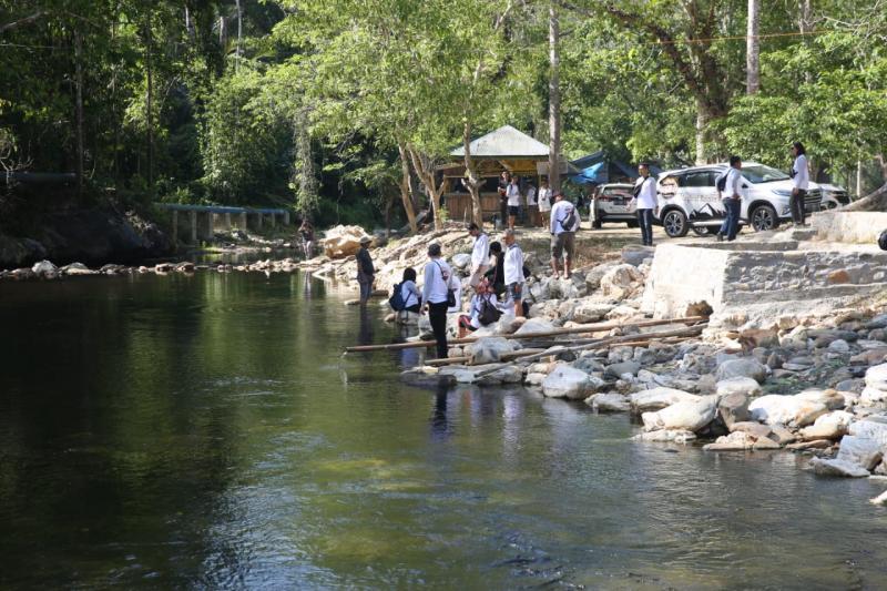 Kawasan wisata ini merupakan pemandian air panas yang menyatu dengan aliran sungai, sehingga memberikan daya tarik tersendiri bagi masyarakat sekitar dan para wisatawan.(anto)
