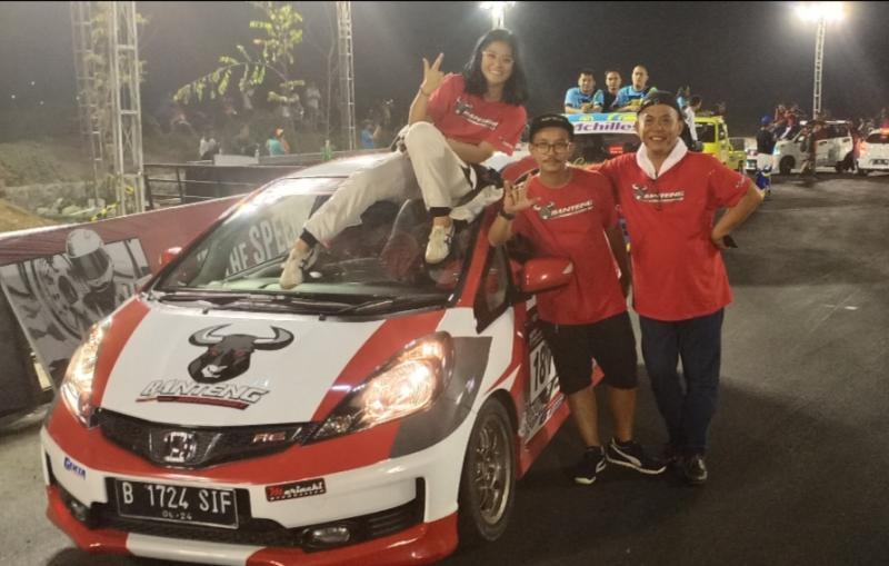 Canya Prasetyo (di atas mobil), sang kakak Bimo Pradikto dan sang ayah H. Prass 86, support maksimal. (Foto : bs)