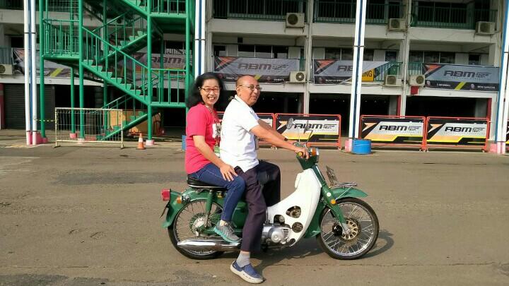 Soehardi Kancil dan istri, dedikasikan hidupnya untuk otomotif. (foto : ist)