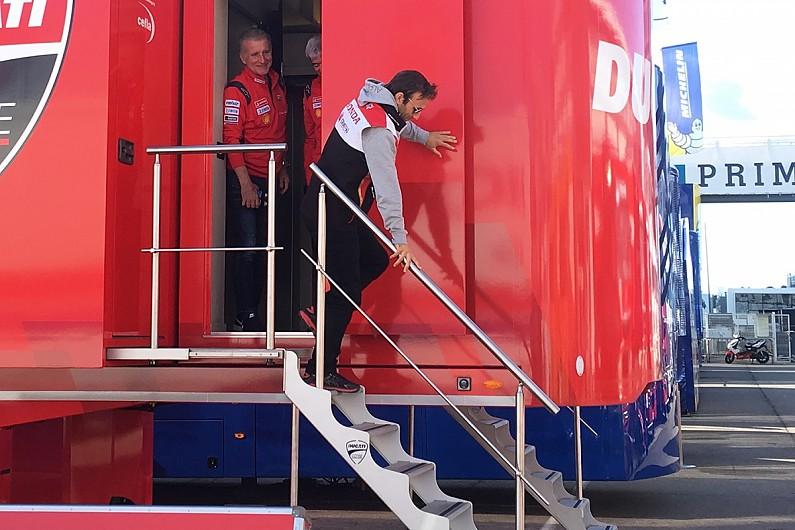 Johann Zarco saat tertangkap basah menyambangi race office Ducati di Valencia. (Foto: autosport)