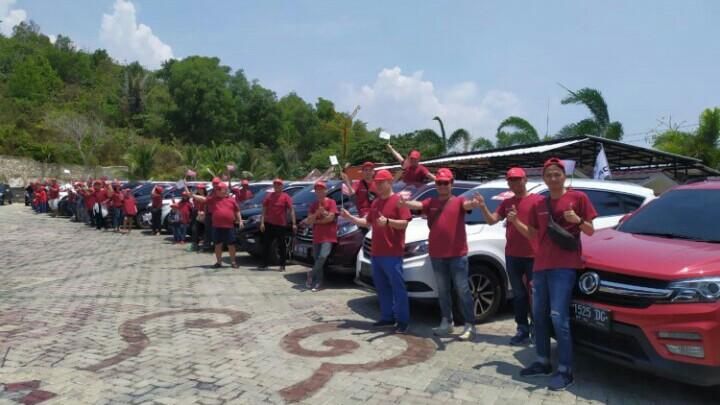 Para konsumen DFSK Lampung saling tukar informasi dan jalin keakraban di Glory Day