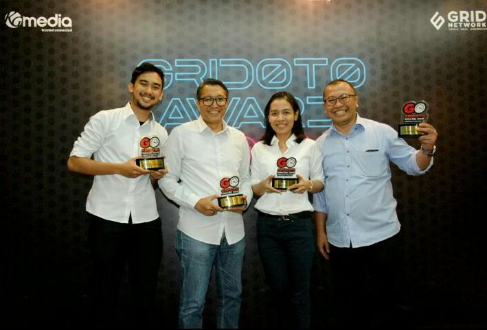 Rouli Sijabat (kanan) bersama tim Public Relations PT Toyota Astra Motor saat menerima penghargaan dari GridOto Award 2019