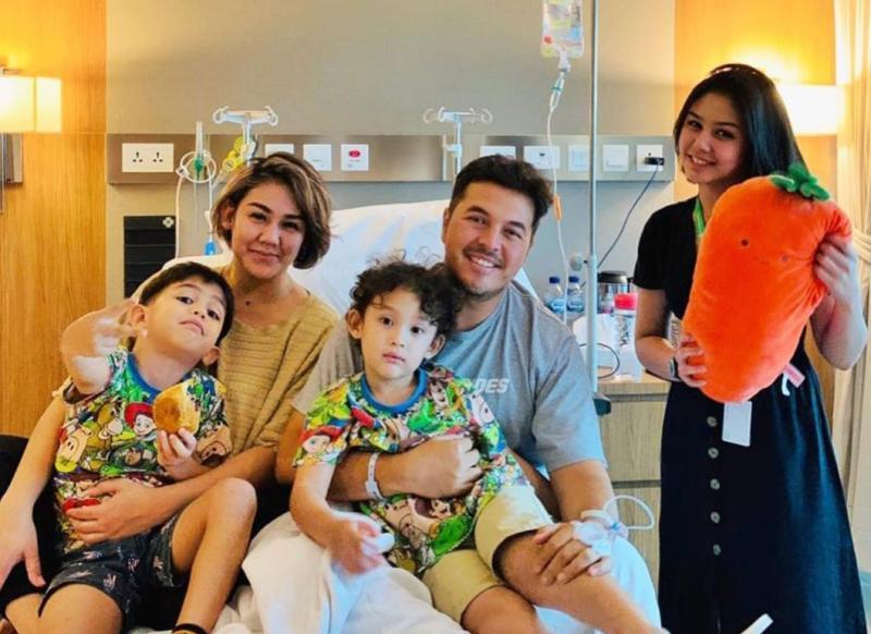 Rifat Sungkar bersama 2 buah hatinya, Sissy (istri) dan Vanessa (adik ipar) di rumah sakit