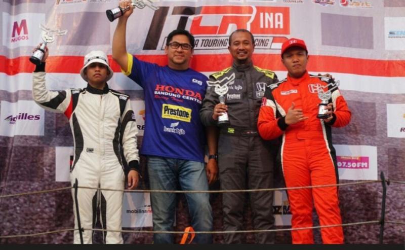Fitra Eri (tengah) bersama manajer Honda Bandung Center Teddy Jusman, Rio SB dan Zharfan Rahmadi. (Foto : dok fitra)