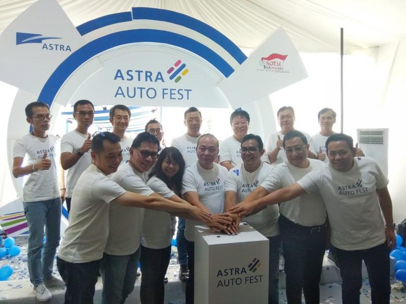 Direktur Astra, Suparno Djasmin (tengah) membuka gelaran tiga hari ini dalam seremoni meriah. (anto).