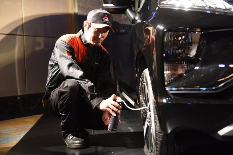Teknisi Mitsubishi Motors peragakan cara pengunaan Instant Tire Repair Kit