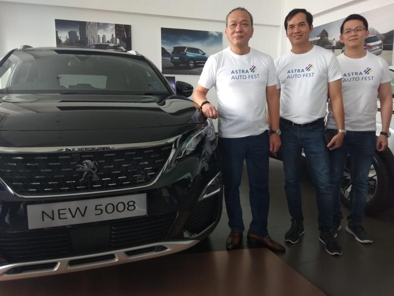 Suparno Djasmin (kiri), Direktur Grup Astra bersama Rokky Irvayandi (tengah), CEO Astra Peugeot saat pembukaan Astra Auto Fest 2019. (anto)