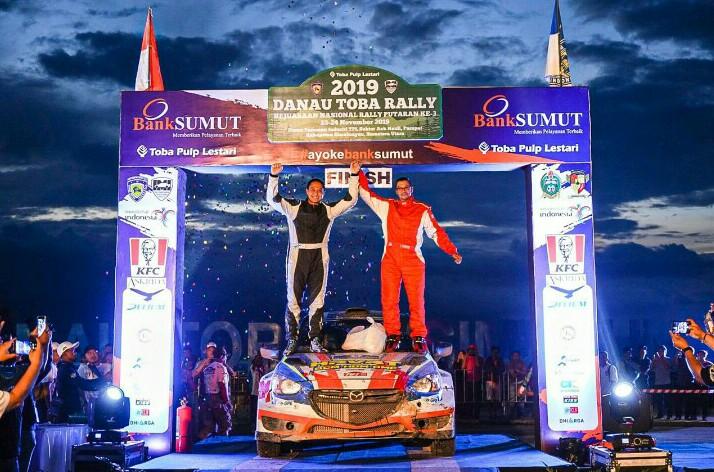 Haji Rihan Variza dan navigator Anthony Sarwono di podium utama Kejurnas Danau Toba Rally 2019. (foto : HRVRT)