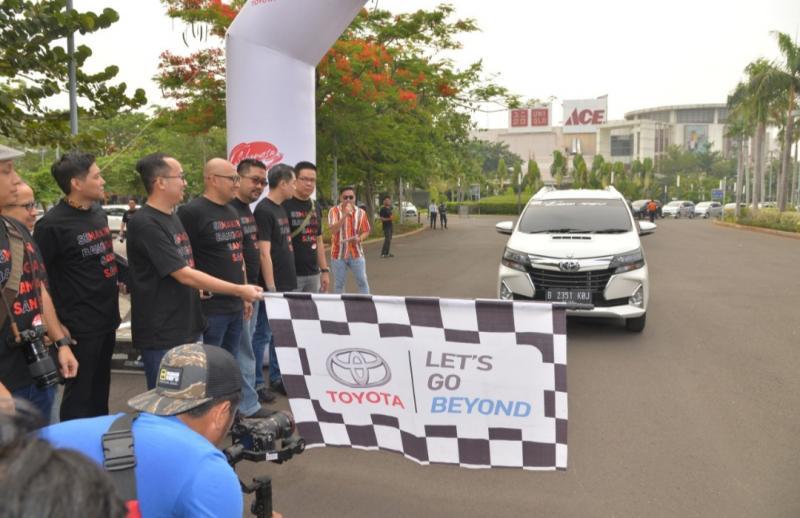 Arie Awan dari Toyota Astra Motor melepas peserta Sebangsa Fun Trip dari Summarecon Mal bekasi