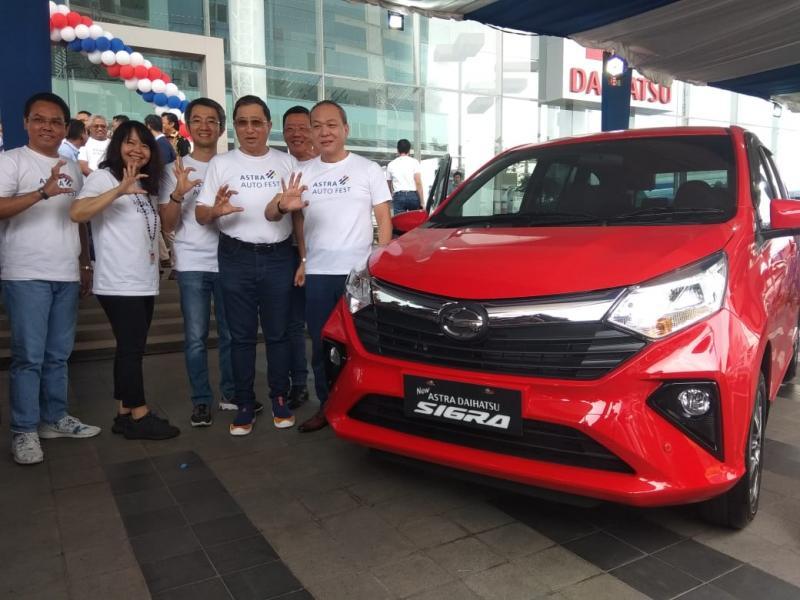 Suparno Djasmin (kanan), Direktur Grup Astra bersama segenap Direksi PT Astra Daihatsu Motor saat pembukaan Astra Auto Fest 2019. (anto)