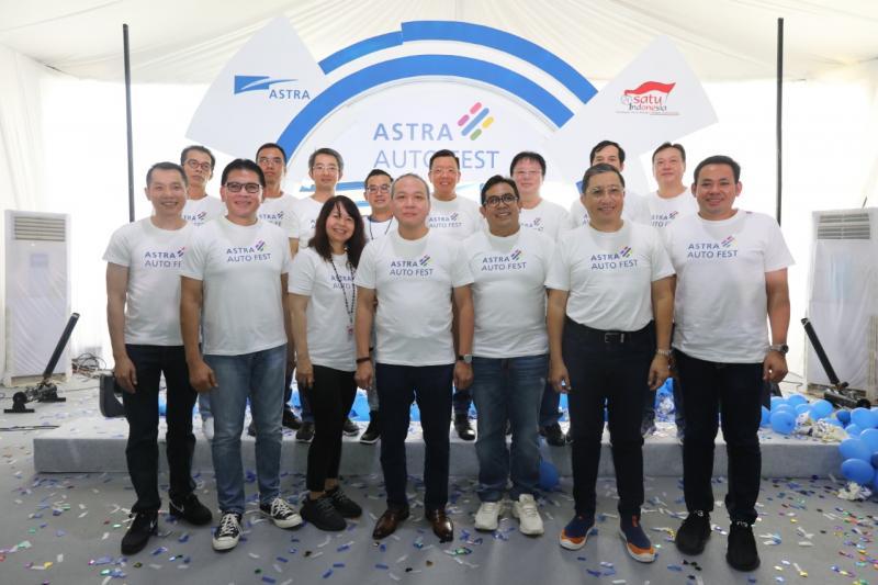 Suparno Djasmin (tengah) bersama para direksi dari 19 kolaborator grup otomotif dan jasa keuangan Astra, menuai sukses di penyelenggaraan kedua Astra Auto Fest.  (anto)