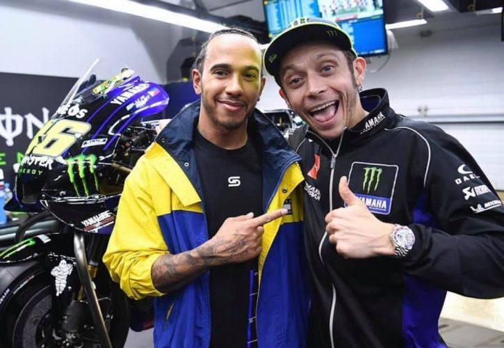 Lewis Hamilton dan Valentino Rossi, eksebisi pacuan  F1 versus MotoGP di Valencia. (Foto: morebike)