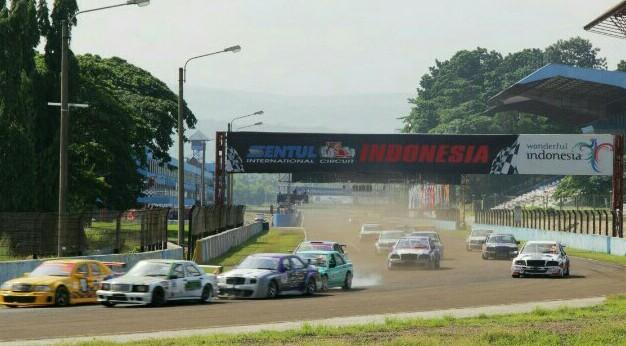 Mercedes One Make Race Championship selalu menghadirkan keseruan dan persaingan ketat di lintasan balap. (foto: dok MOMRC)