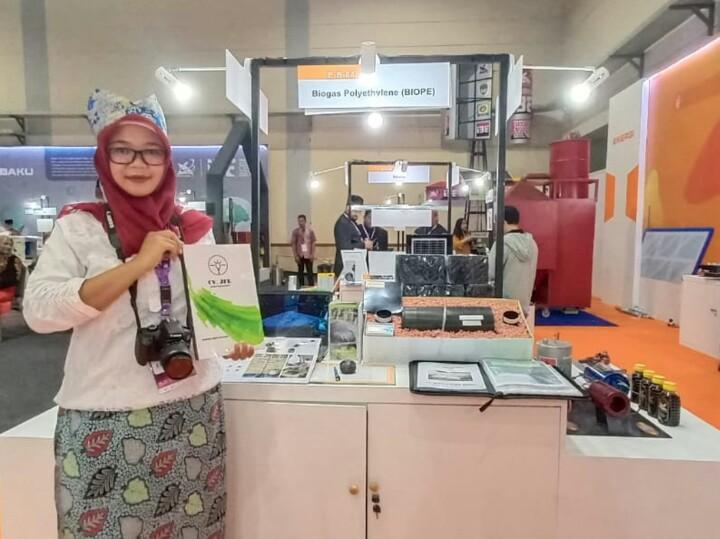 Rahayu Dwi Agustin, Chief Marketing Officer Jember Futura Energi dengan miniatur produk biogas reaktor yang diberi nama BIOPE.