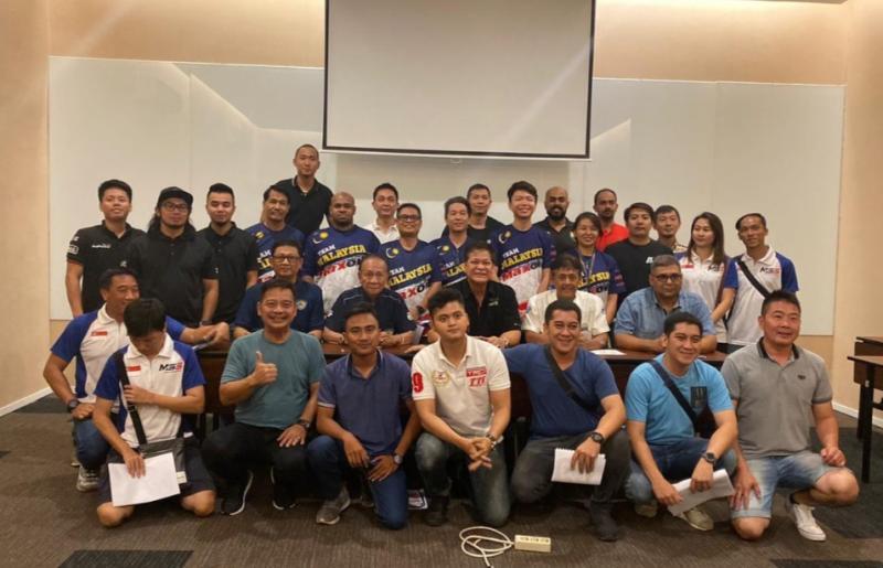 Para kontestan dari 10 negara foto bersama usai briefing Muba Asia Auto Gymkhana Cup malam ini