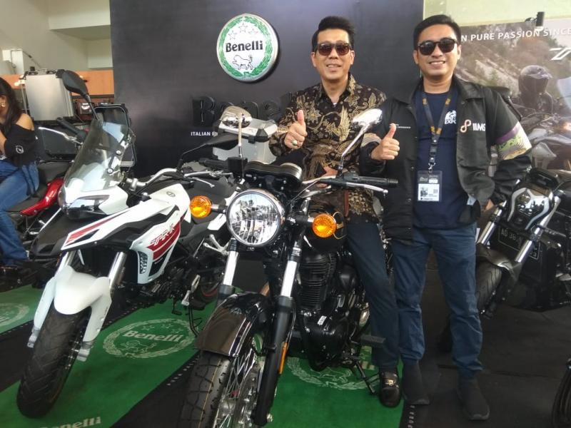 Steven Kentjana (tengah) bersama Rudi MF, Project Director IIMS Motobike Expo 2019 saat seremoni pembukaan di Booth Benelli. (foto: anto)