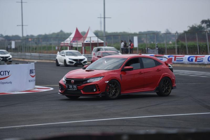 Sebanyak 10 mobil Honda Civic Type R dari komunitas R Club berpartisipasi untuk menyelesaikan 2 putaran di sirkuit baru BSD City GP ini. (ist)