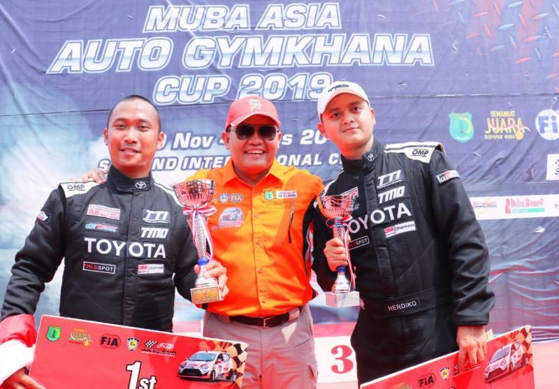 Hendriko Setyaputra (kiri), Bupati Muba Dodi Reza Alex dan Adrianza Yunial di atas panggung juara  MAAGC